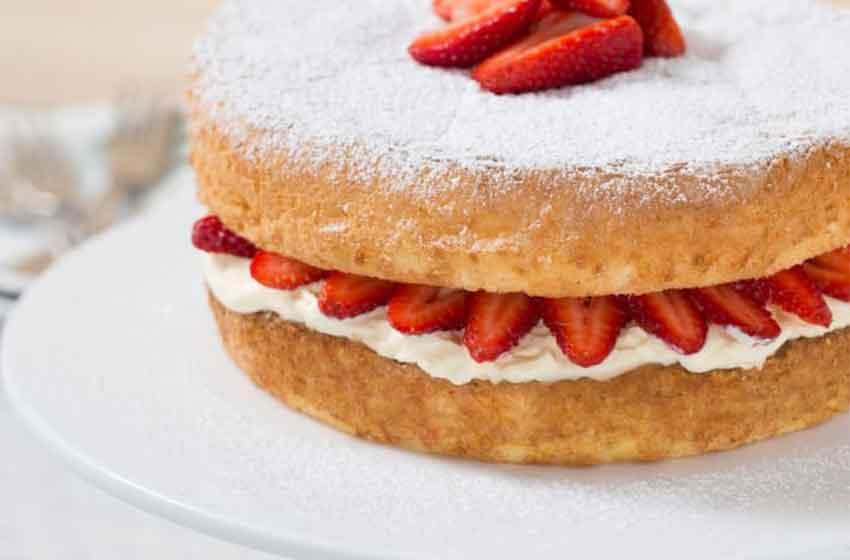 کیک اسفنجی با توت فرنگی